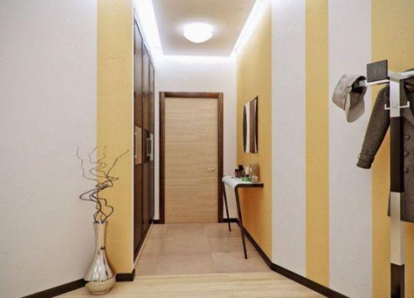 Дизайн узкого коридора - обои, потолок, мебель