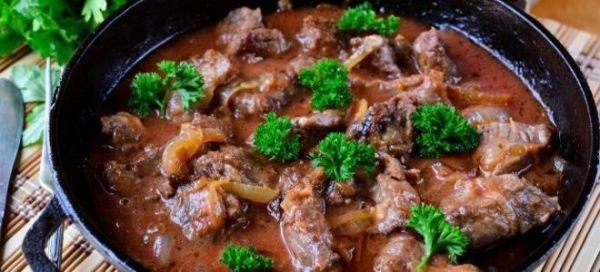 Гуляш из говядины с подливкой – рецепт с черносливом ...