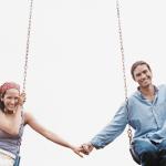 homme et femme sur une balançoire