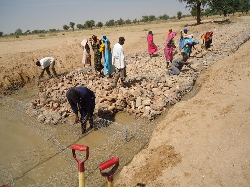 Global 'work-for-cash' brings dignity to villagers in Central Darfur, Sudan
