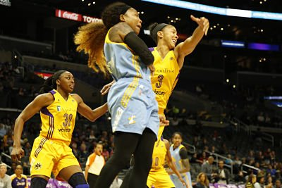 Candace Parker defends Cappie Pondexter. Photo by Maria Noble, WomensHoopsWorld.