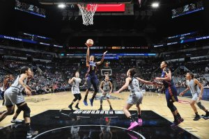 Jasmine Thomas shoots for two points. Photo by Mark Sobhani/NBAE via Getty Images.