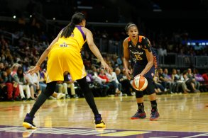 Alyssa Thomas debates her options under the eye of Candace Parker. Photo by Maria Noble/WomensHoopsWorld.