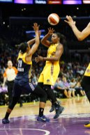Chelsea Gray no-look passes to Candace Parker. Photo by Maria Noble/WomensHoopsWorld.