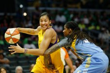 Candace Parker is pressured by Jessica Breland. Photo by Maria Noble/WomensHoopsWorld.