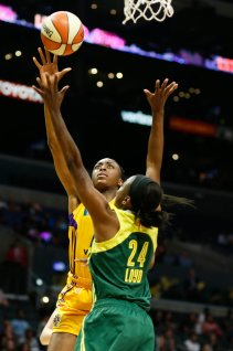 Nneka Ogwumike goes up against Jewell Loyd for a shot. Photo by Maria Noble/WomensHoopsWorld.