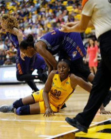 Nneka Ogwumike looks to see what the call will be. Photo by Maria Noble/WomensHoopsWorld.