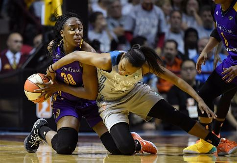 Renee Montgomery tries to strip Nneka Ogwumike of the ball. Photo by Aaron Lavinsky/Associated Press.