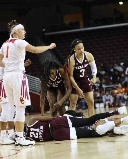 Players begin to untangle after a loose ball scramble. Photo by Maria Noble/WomensHoopsWorld.