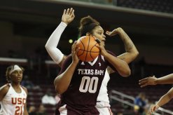 Khaalia Hillsman looks for an outlet. Photo by Maria Noble/WomensHoopsWorld.