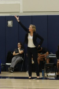 Vanessa Nygaard shouts directions to her team. Photo by Maria Noble/WomensHoopsWorld.