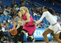 Courtney Ekmark is defended by Kelli Hayes. Photo by Maria Noble/WomensHoopsWorld.