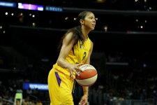 Candace Parker sizes up her passing options. Maria Noble/WomensHoopsWorld.