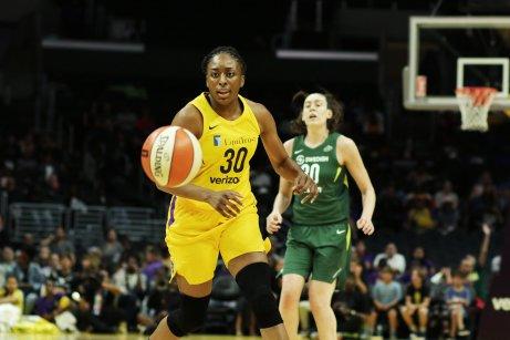 Nneka Ogwumike runs toward the pass. Maria Noble/WomensHoopsWorld.
