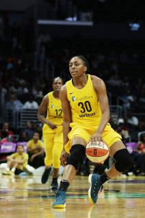 Nneka Ogwumike looks for the best passing outlet. Photo by Maria Noble/WomensHoopsWorld.