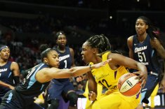 Chelsea Gray is defended by Alex Bentley. Maria Noble/WomensHoopsWorld.