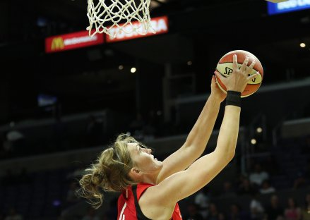 Carolyn Swords lays the ball up and in. Maria Noble/WomensHoopsWorld.