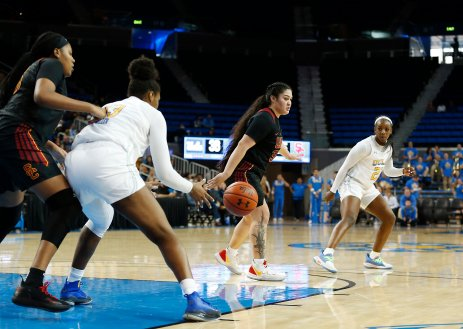 Lauryn Miller receives a pass from Michaela Onyenwere. Maria Noble/WomensHoopsWorld
