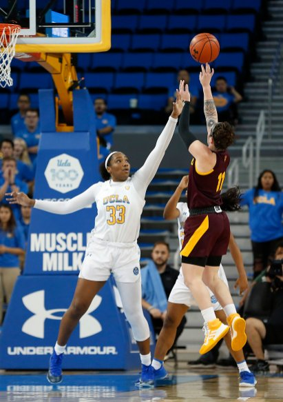 Robbi Ryan unleashes a shot over Lauryn Miller. Maria Noble/WomensHoopsWorld.