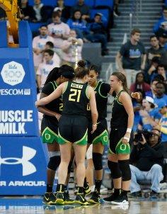 Oregon huddles during the game. Maria Noble/WomensHoopsWorld.