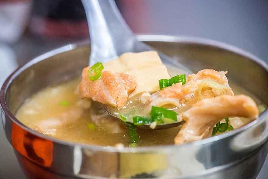 【台灣夜市美食特輯】今日壽司,通化夜市人氣代表,老字號日料小吃,味增湯有滿滿鮭魚碎肉才20元!