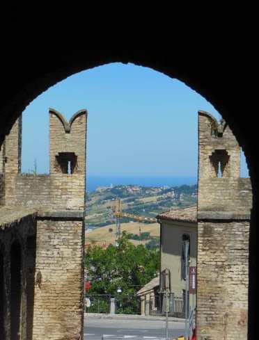 Blick durch ein Stadttor Richtung Loreto