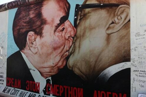 Baiser de Honecker et Brejnev. Peinture du français Thierry Noir.