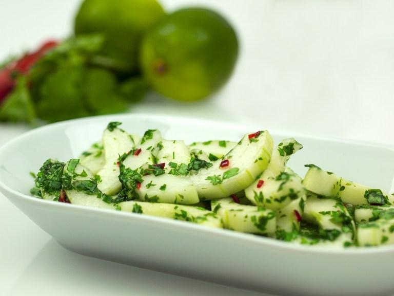 Gurkensalat mit Chilli und Koriander