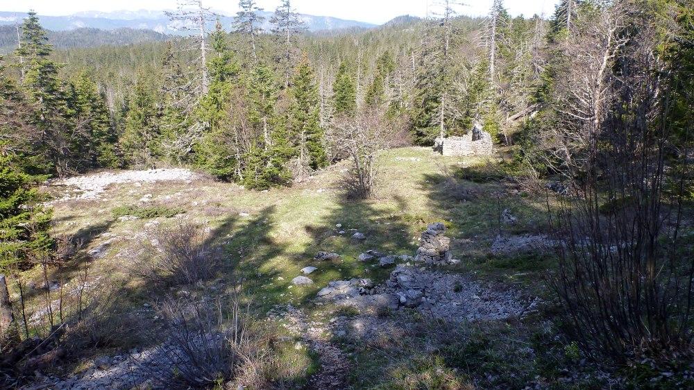 Les ruines a droite et la fontaine du Tiolache au premier plan, pret du cairn