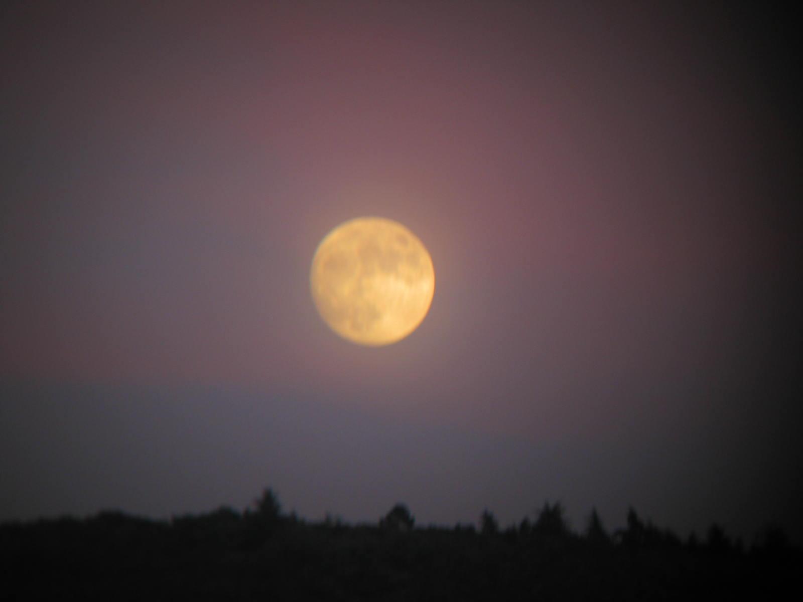 Kiezen, maan boven de Luberon