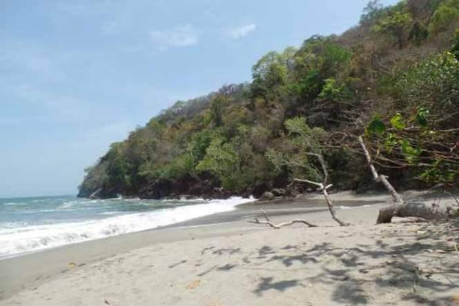 Suasana Pantai Nanggelan Siang hari