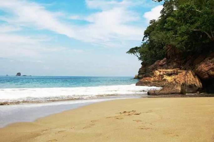 Pasir Putih Pantai Nanggelan