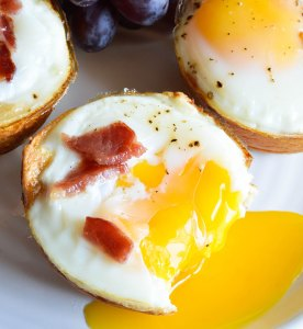 Bacon and Egg Breakfast Cups - This easy breakfast recipe is made with 3 ingredients! Hawaiian rolls, bacon and eggs baked to perfection!