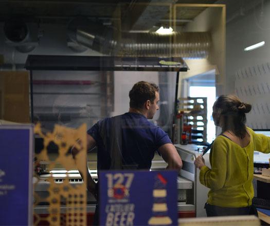 Premiers tests de gravure laser aux FABLABS de capSciences à Bordeaux
