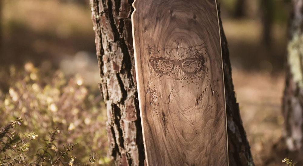 Longboard WOODA BOARDS chill dans la forêt