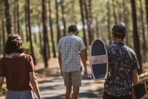 personne avec skateboards en foret