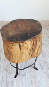 Beistell-Tisch aus Holz - Detail, Baumstumpf auf Metall-Gestell