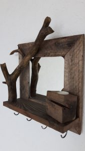 kleiner Rahmen mit Spiegel und Ast als Minigarderobe