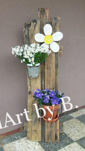 Fröhlicher Blumenstaender aus Altholz