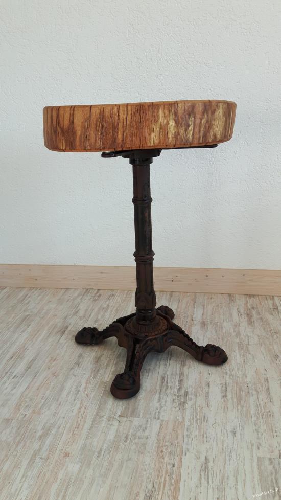 Tisch mit Baumscheibe und Metallgestell
