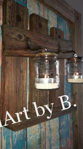 Wanddeko aus Altholz mit Windlicht