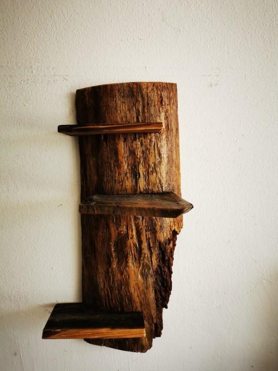 Eigenwilliges Regal aus alter Holz-Diele.