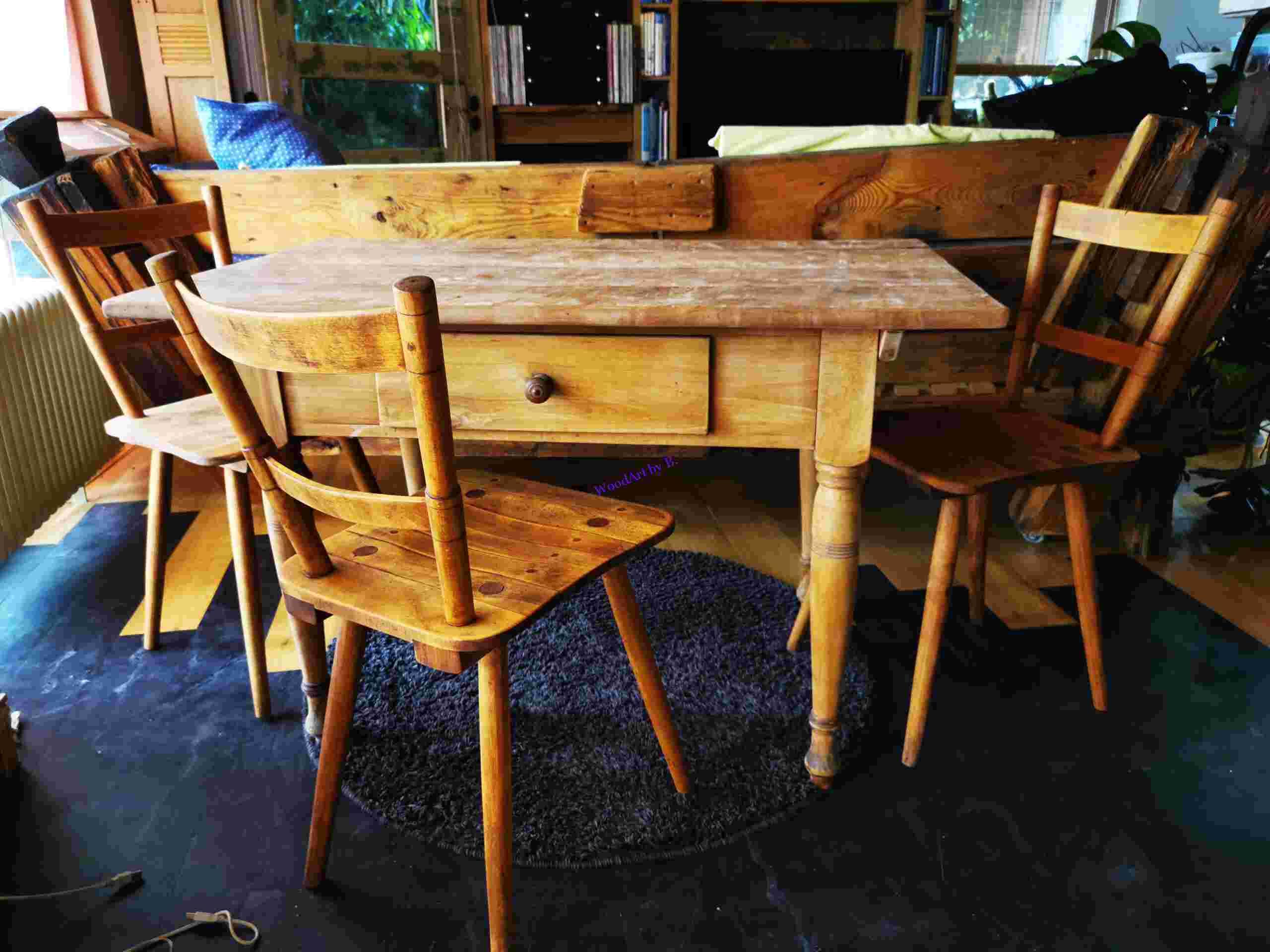 Küchentisch mit Stühlen, nach der Restauration.