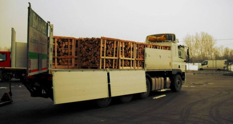 Firewood from around the world. Camion legna.