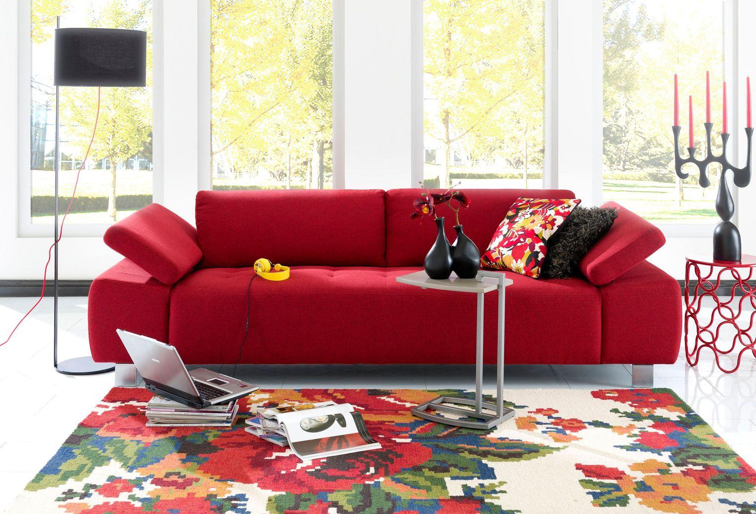 un canape retro de couleur rouge
