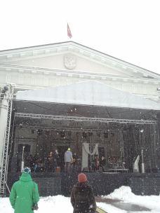Vilniaus rotušė balandžio 1-ąją. Pietų metas, scenoje skamba žodžiai apie meilę... Kontrastas - žalia spalva.