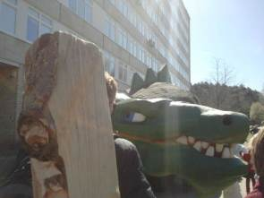 DinasZauras paspaudė medinę ranką.