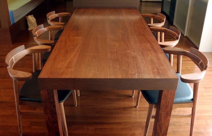 6人がゆったりと掛けられる大きな無垢テーブル、アッツテーブルご納品の様子、木口側から