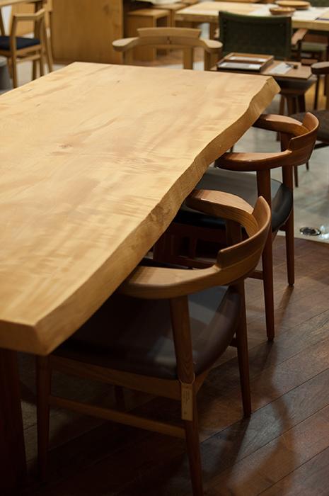 亜和座チェアと合わせたダイニングテーブルセットもおすすめです、販売中のトチ一枚板天板