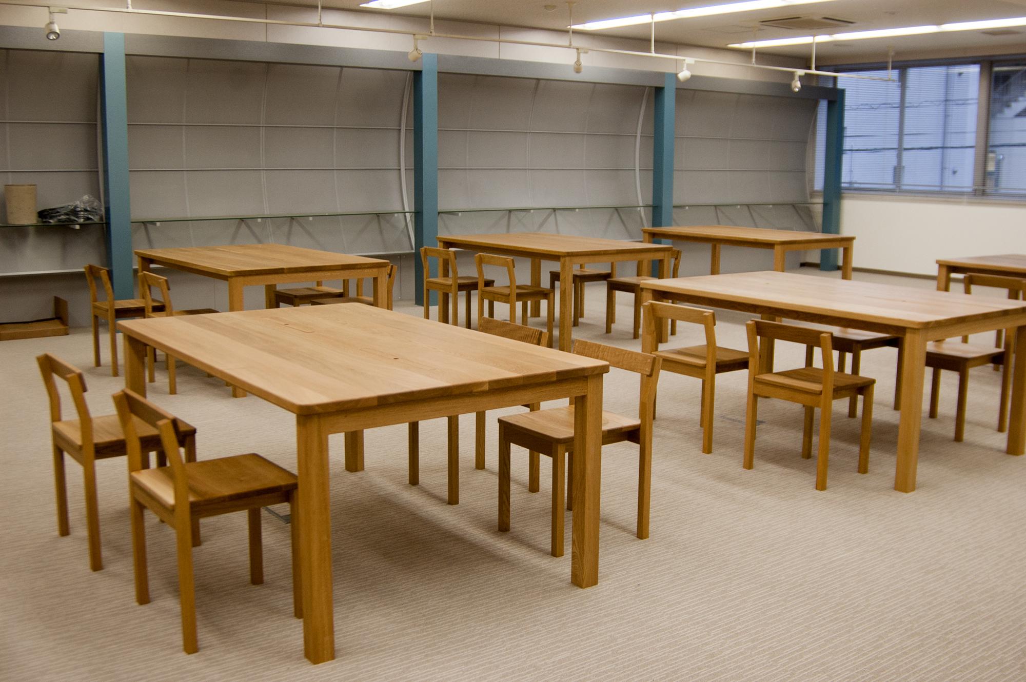 YKK(株)様 ものづくり館のための作業テーブルとスタッキングチェアご納品の様子